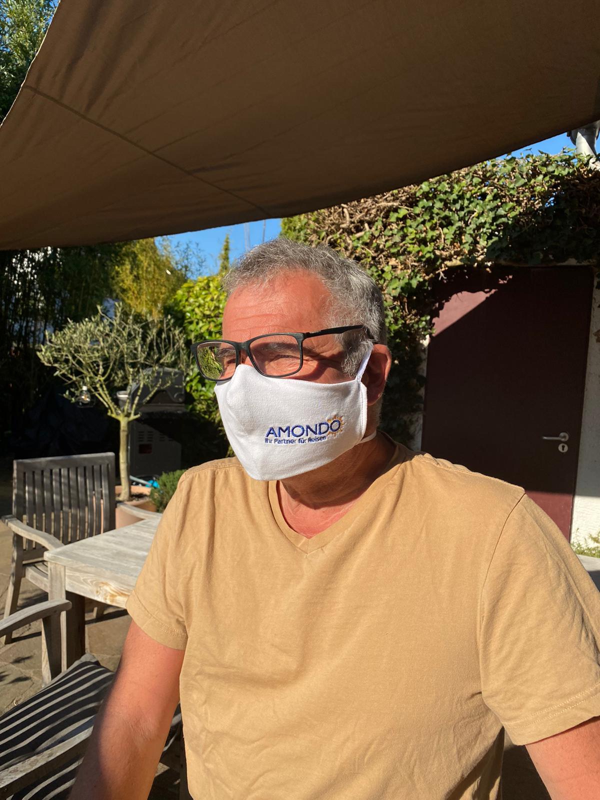 der Chef mit selbstgenähter Maske