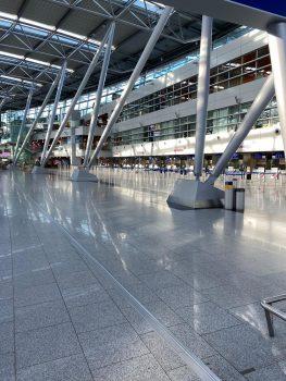 Menschenleerer Flughafen dank Corona