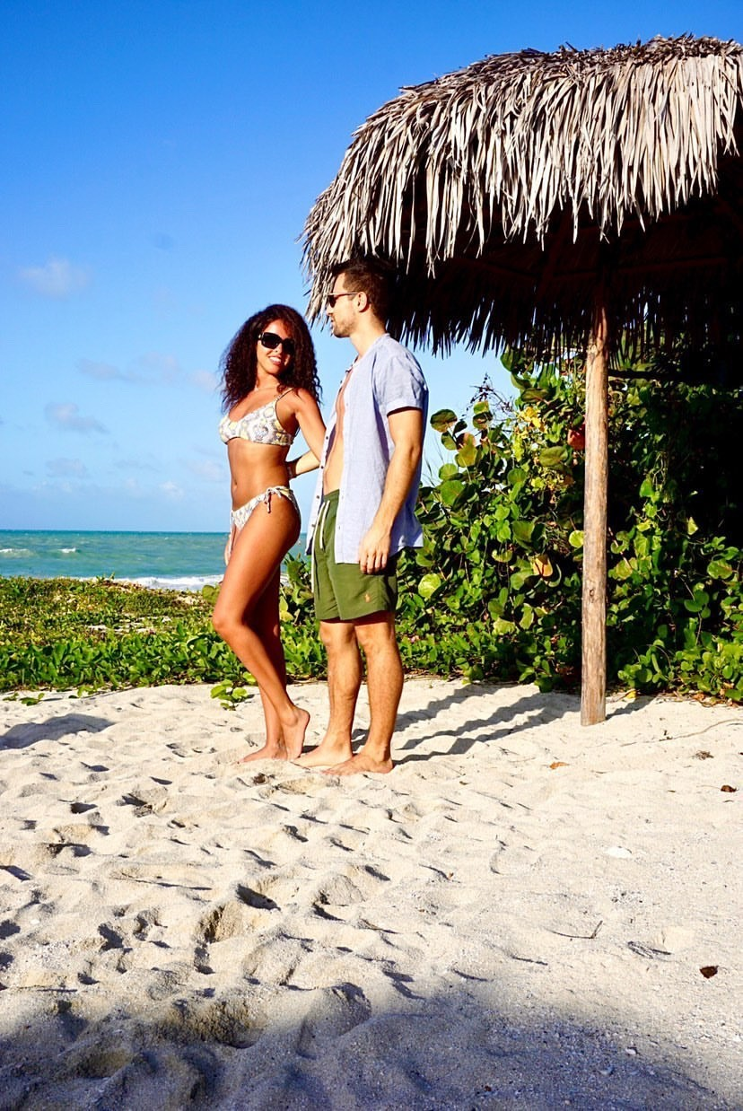 junges Paar am Strand auf Kuba