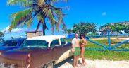junges Paar vor Oldtimer auf Kuba