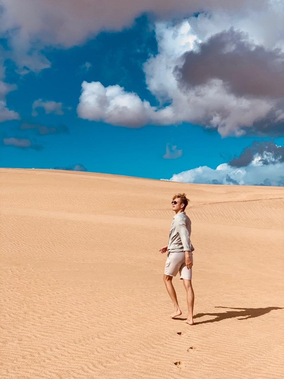 Fuerteventura, Mann auf Düne