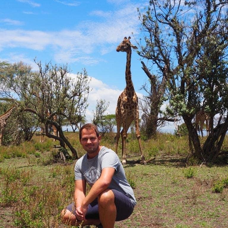 Reiseberater Thomas auf Tuchfühlung mit einer Giraffe